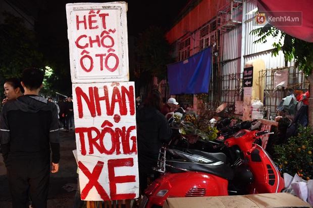 Ảnh: Chợ hoa Quảng An thất thủ, thương lái và người dân đi mua hoa tết chen chúc trong đêm - Ảnh 13.