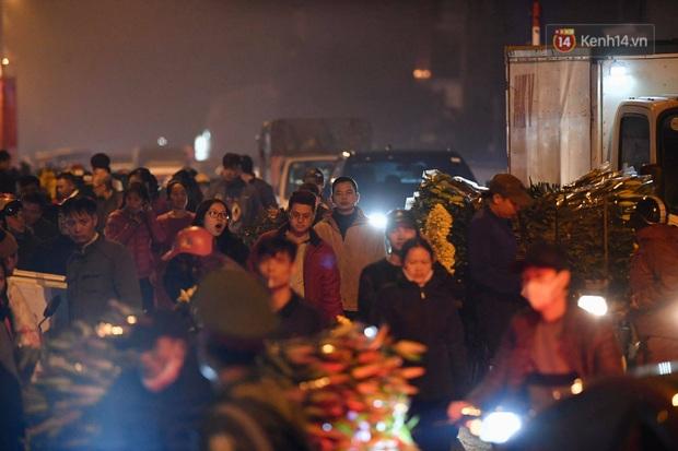 Ảnh: Chợ hoa Quảng An thất thủ, thương lái và người dân đi mua hoa tết chen chúc trong đêm - Ảnh 17.
