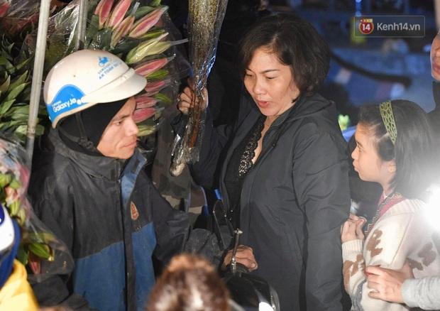 Ảnh: Chợ hoa Quảng An thất thủ, thương lái và người dân đi mua hoa tết chen chúc trong đêm - Ảnh 5.