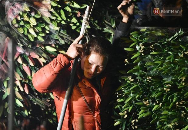 Ảnh: Chợ hoa Quảng An thất thủ, thương lái và người dân đi mua hoa tết chen chúc trong đêm - Ảnh 6.