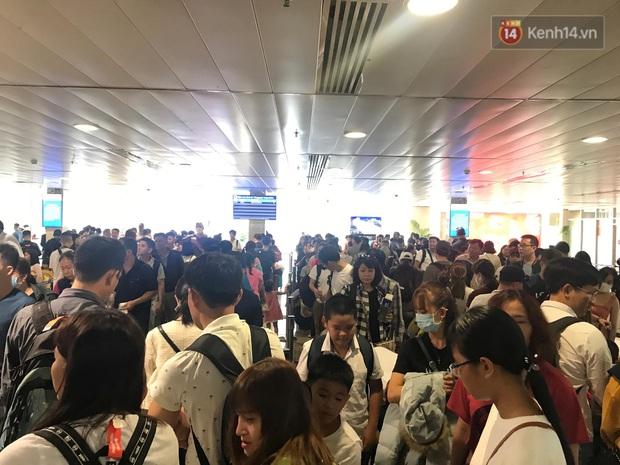 Sân bay Tân Sơn Nhất vỡ trận, hàng nghìn người rồng rắn xếp hàng dài, nằm ngồi vạ vật chờ giờ check in về quê đón Tết - Ảnh 10.