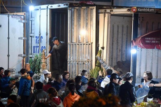 Ảnh: Chợ hoa Quảng An thất thủ, thương lái và người dân đi mua hoa tết chen chúc trong đêm - Ảnh 12.
