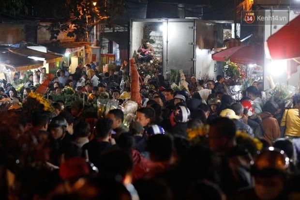 Ảnh: Chợ hoa Quảng An thất thủ, thương lái và người dân đi mua hoa tết chen chúc trong đêm - Ảnh 11.