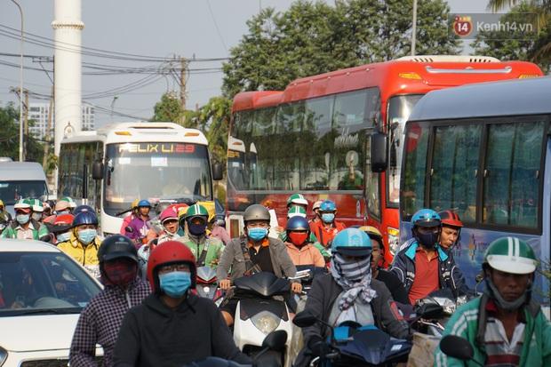 Sài Gòn ùn tắc khắp các ngả đường, Hà Nội vắng vẻ do người dân tranh thủ về quê ăn Tết từ trước - Ảnh 16.