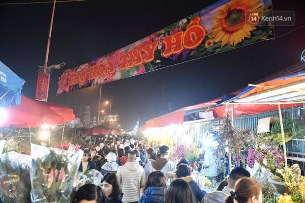 Ảnh: Chợ hoa Quảng An 'thất thủ', thương lái và người dân đi mua hoa tết chen chúc trong đêm