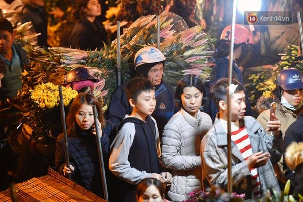 Ảnh: Chợ hoa Quảng An thất thủ, thương lái và người dân đi mua hoa tết chen chúc trong đêm - Ảnh 4.