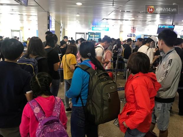 Sân bay Tân Sơn Nhất vỡ trận, hàng nghìn người rồng rắn xếp hàng dài, nằm ngồi vạ vật chờ giờ check in về quê đón Tết - Ảnh 11.