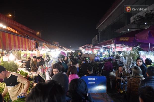 Ảnh: Chợ hoa Quảng An thất thủ, thương lái và người dân đi mua hoa tết chen chúc trong đêm - Ảnh 16.