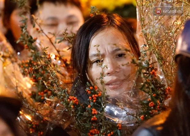 Ảnh: Chợ hoa Quảng An thất thủ, thương lái và người dân đi mua hoa tết chen chúc trong đêm - Ảnh 3.