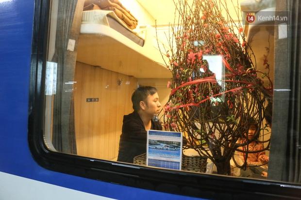 Ảnh: Không khí hối hả của chuyến tàu cuối năm đưa hành khách về quê ăn Tết - Ảnh 7.