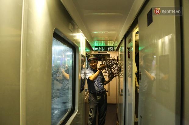 Ảnh: Không khí hối hả của chuyến tàu cuối năm đưa hành khách về quê ăn Tết - Ảnh 10.