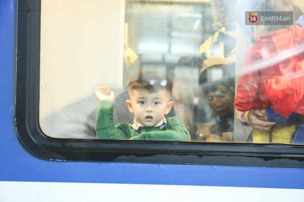 Ảnh: Không khí hối hả của chuyến tàu cuối năm đưa hành khách về quê ăn Tết - Ảnh 11.