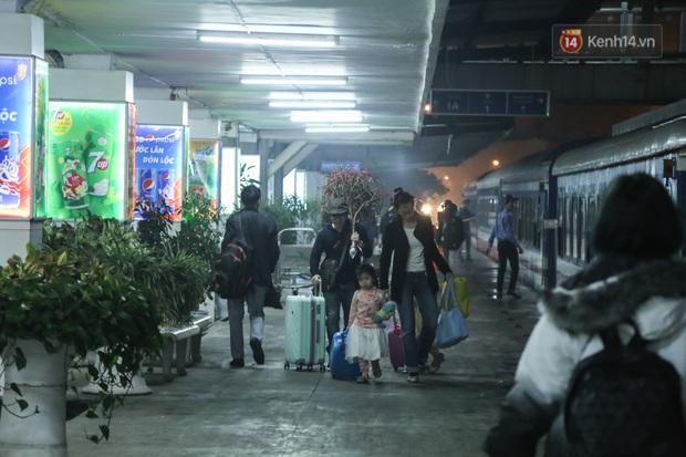 Ảnh: Không khí hối hả của chuyến tàu cuối năm đưa hành khách về quê ăn Tết - Ảnh 12.