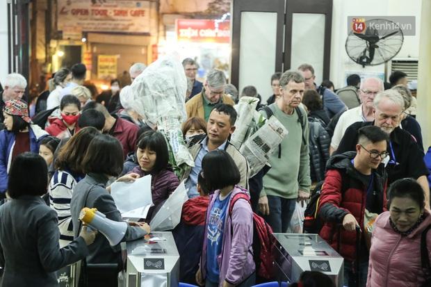 Ảnh: Không khí hối hả của chuyến tàu cuối năm đưa hành khách về quê ăn Tết - Ảnh 6.