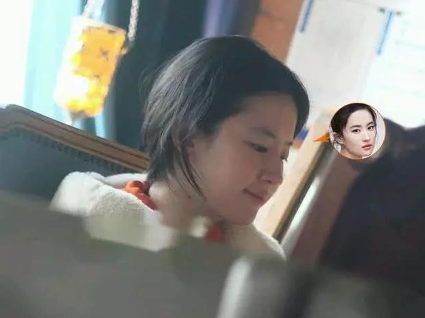 Nhan sắc ngoài đời của Lưu Diệc Phi khi không make up: Làn da đáng ngưỡng mộ nhưng vẫn bị chê bai vì quá xuề xoà - Ảnh 5.
