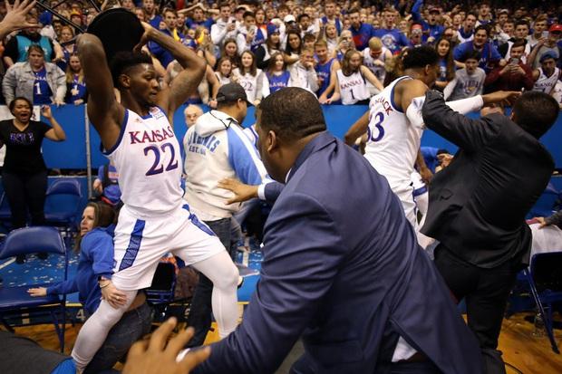 Cầu thủ bóng rổ đánh nhau như trên võ đài, lại còn định cầm cả ghế phang vào đầu đối thủ - Ảnh 7.