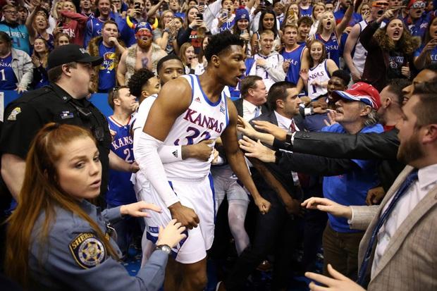 Cầu thủ bóng rổ đánh nhau như trên võ đài, lại còn định cầm cả ghế phang vào đầu đối thủ - Ảnh 9.
