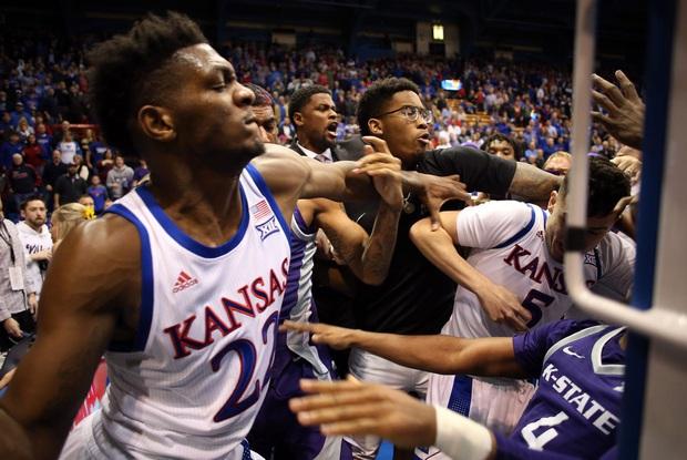 Cầu thủ bóng rổ đánh nhau như trên võ đài, lại còn định cầm cả ghế phang vào đầu đối thủ - Ảnh 5.