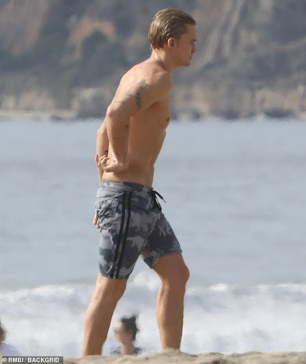 Khung cảnh bỏng mắt đầu năm: Miley Cyrus và bạn trái kém tuổi rủ nhau ra biển, cởi giữa ban ngày ban mặt - Ảnh 5.