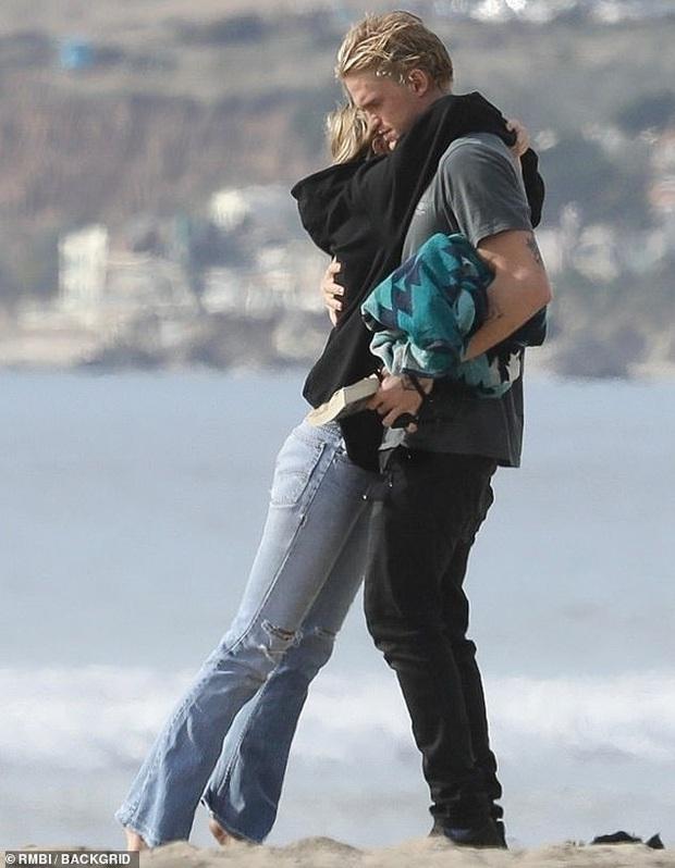 Khung cảnh bỏng mắt đầu năm: Miley Cyrus và bạn trái kém tuổi rủ nhau ra biển, cởi giữa ban ngày ban mặt - Ảnh 9.