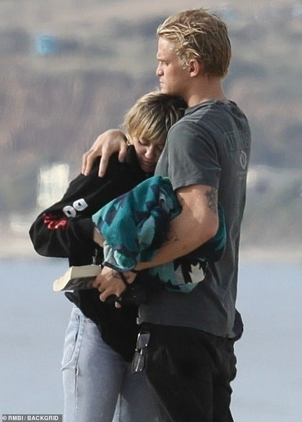 Khung cảnh bỏng mắt đầu năm: Miley Cyrus và bạn trái kém tuổi rủ nhau ra biển, cởi giữa ban ngày ban mặt - Ảnh 8.