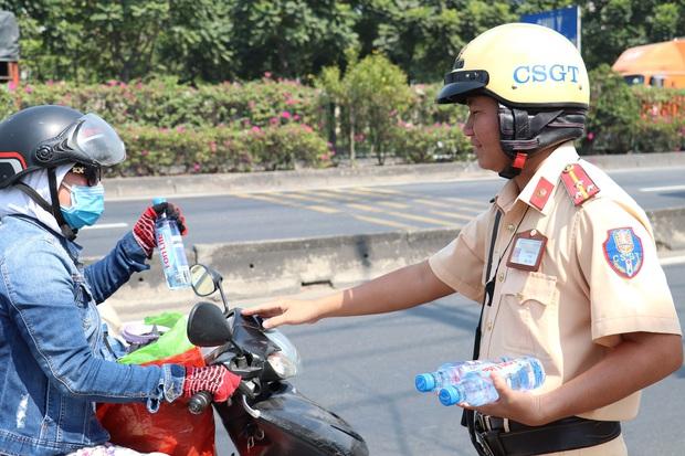 CSGT TPHCM phát nước miễn phí cho người dân đi trên quốc lộ 1 về quê ăn Tết - Ảnh 8.