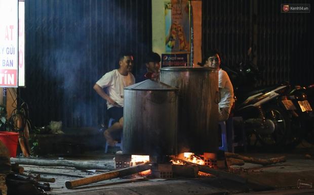 Người Sài Gòn mắc võng bên bếp lửa hồng, trắng đêm nằm hè phố canh nồi bánh chưng Tết - Ảnh 16.