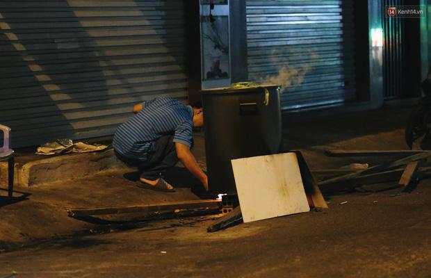Người Sài Gòn mắc võng bên bếp lửa hồng, trắng đêm nằm hè phố canh nồi bánh chưng Tết - Ảnh 15.