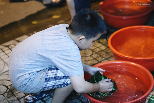 Người Sài Gòn mắc võng bên bếp lửa hồng, trắng đêm nằm hè phố canh nồi bánh chưng Tết - Ảnh 7.