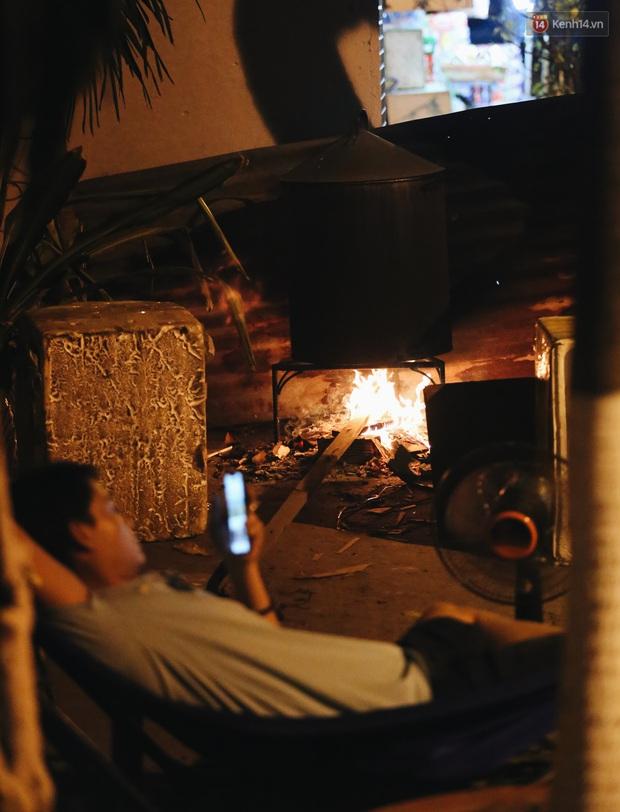 Người Sài Gòn mắc võng bên bếp lửa hồng, trắng đêm nằm hè phố canh nồi bánh chưng Tết - Ảnh 12.
