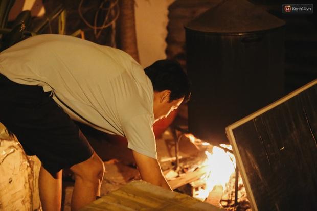 Người Sài Gòn mắc võng bên bếp lửa hồng, trắng đêm nằm hè phố canh nồi bánh chưng Tết - Ảnh 13.