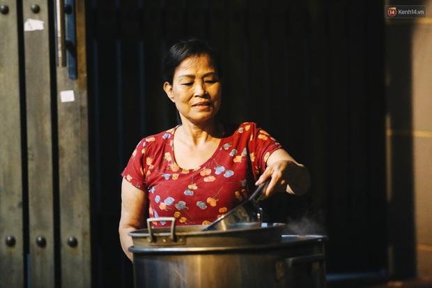 Người Sài Gòn mắc võng bên bếp lửa hồng, trắng đêm nằm hè phố canh nồi bánh chưng Tết - Ảnh 9.