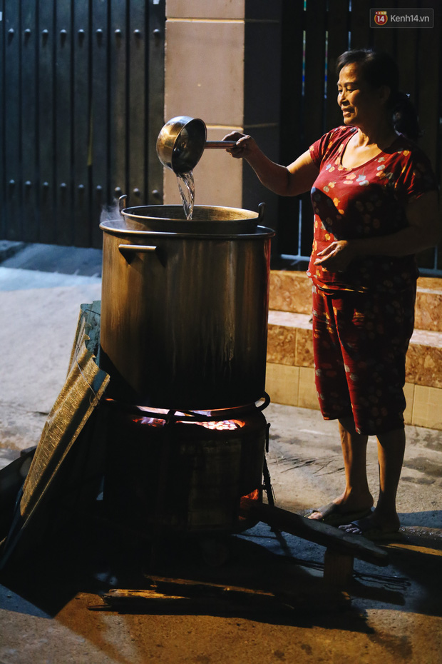 Người Sài Gòn mắc võng bên bếp lửa hồng, trắng đêm nằm hè phố canh nồi bánh chưng Tết - Ảnh 10.