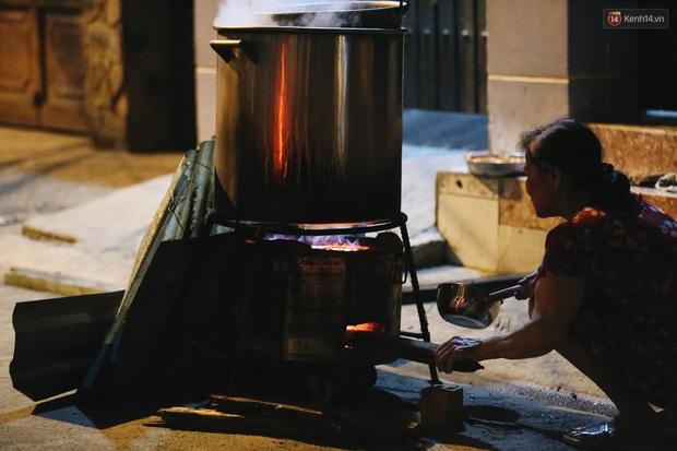 Người Sài Gòn mắc võng bên bếp lửa hồng, trắng đêm nằm hè phố canh nồi bánh chưng Tết - Ảnh 11.