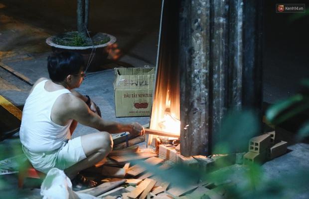 Người Sài Gòn mắc võng bên bếp lửa hồng, trắng đêm nằm hè phố canh nồi bánh chưng Tết - Ảnh 3.