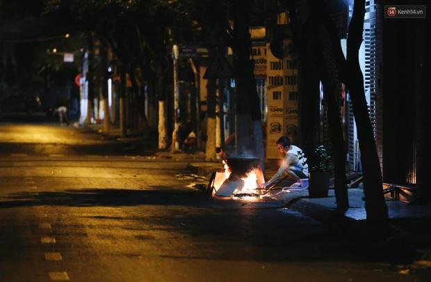 Người Sài Gòn mắc võng bên bếp lửa hồng, trắng đêm nằm hè phố canh nồi bánh chưng Tết - Ảnh 14.