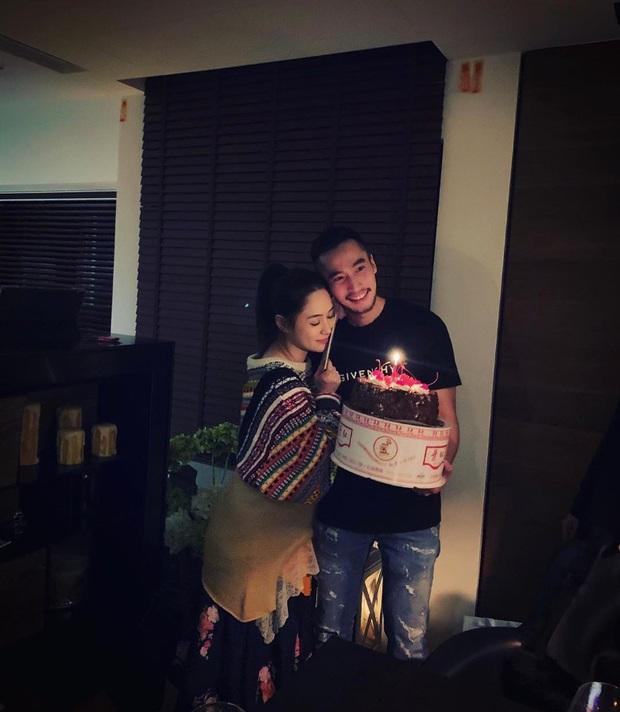 Mặc bao phốt tình ái, lừa đảo của chồng, Chung Hân Đồng vẫn e lệ nép chặt bên ông xã khi được tổ chức sinh nhật - Ảnh 1.