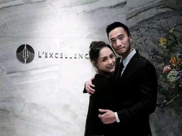 Mặc bao phốt tình ái, lừa đảo của chồng, Chung Hân Đồng vẫn e lệ nép chặt bên ông xã khi được tổ chức sinh nhật - Ảnh 2.