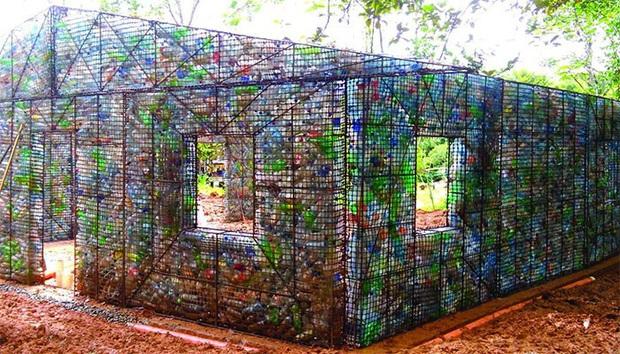 Ghé thăm ngôi làng độc đáo cách chúng ta nửa vòng trái đất, nơi nhà cửa được làm từ... 1 triệu chai nhựa  - Ảnh 1.