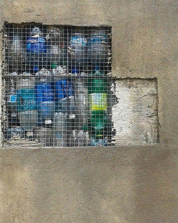 Ghé thăm ngôi làng độc đáo cách chúng ta nửa vòng trái đất, nơi nhà cửa được làm từ... 1 triệu chai nhựa  - Ảnh 2.