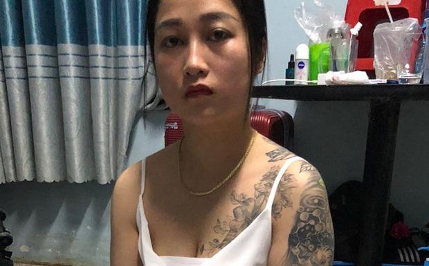 Cô gái xăm trổ ở ngực và tay bị bắt khi bán ma túy cho khách trong quán karaoke - Ảnh 1.