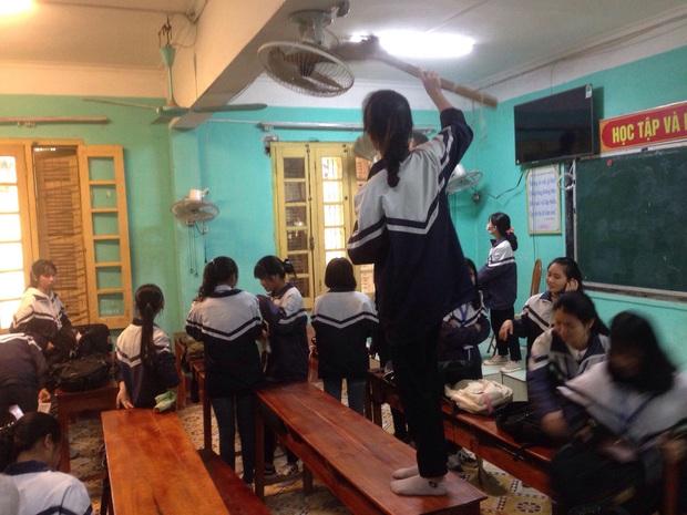 28 Tết vẫn phải đi học lại còn kiểm tra 15 phút, cậu học trò suy sụp ôm đầu ngồi khóc trong cái nhìn đầy thương cảm của thầy giáo - Ảnh 4.