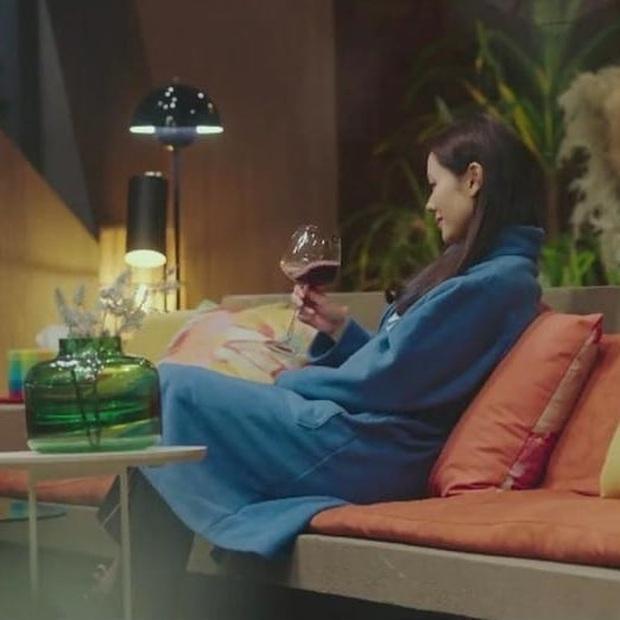 Son Ye Jin từ gái quê quay lại tiểu thư nhà tài phiệt, chỉ riêng giá chiếc áo choàng ngủ mặc nhà cũng đủ gây trầm trồ - Ảnh 2.