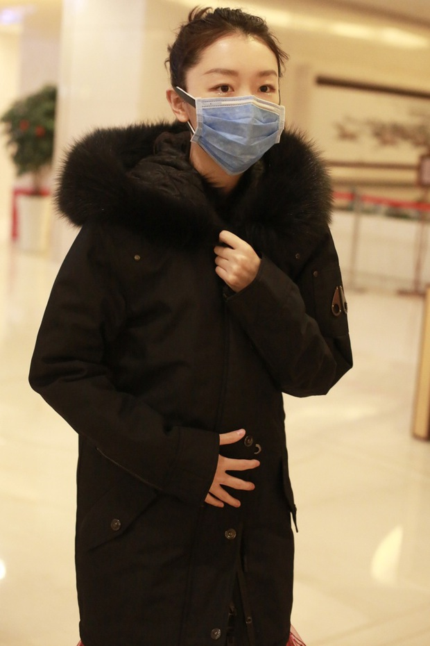 Dàn sao Cbiz vất vả đi ghi hình Gala đón Tết cuối năm: Người vui vẻ hớn hở, kẻ mệt mỏi đeo khẩu trang sợ cúm lạ - Ảnh 5.