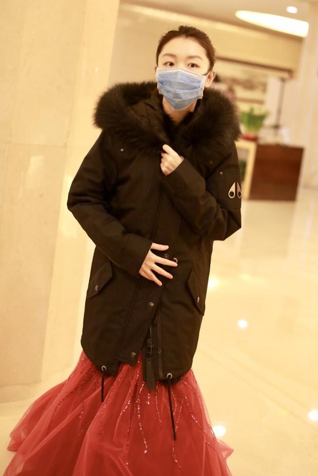 Dàn sao Cbiz vất vả đi ghi hình Gala đón Tết cuối năm: Người vui vẻ hớn hở, kẻ mệt mỏi đeo khẩu trang sợ cúm lạ - Ảnh 6.