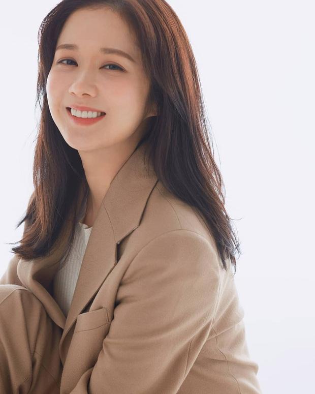 Jang Nara cứ diện quanh mấy màu son này, bảo sao cô đã trẻ lại càng thêm lão hóa ngược - Ảnh 2.