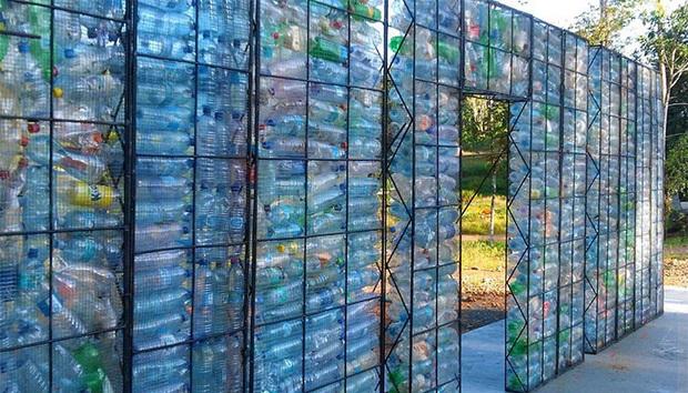 Ghé thăm ngôi làng độc đáo cách chúng ta nửa vòng trái đất, nơi nhà cửa được làm từ... 1 triệu chai nhựa  - Ảnh 12.