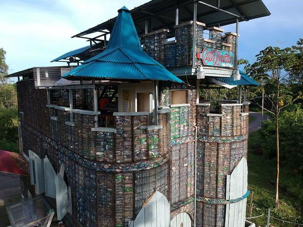 Ghé thăm ngôi làng độc đáo cách chúng ta nửa vòng trái đất, nơi nhà cửa được làm từ... 1 triệu chai nhựa  - Ảnh 13.