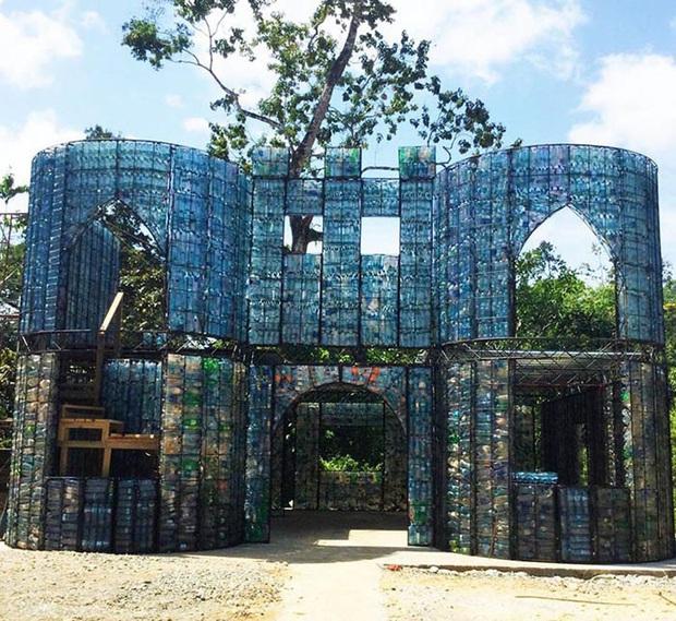Ghé thăm ngôi làng độc đáo cách chúng ta nửa vòng trái đất, nơi nhà cửa được làm từ... 1 triệu chai nhựa  - Ảnh 15.