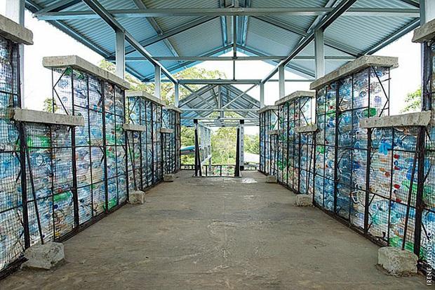 Ghé thăm ngôi làng độc đáo cách chúng ta nửa vòng trái đất, nơi nhà cửa được làm từ... 1 triệu chai nhựa  - Ảnh 17.